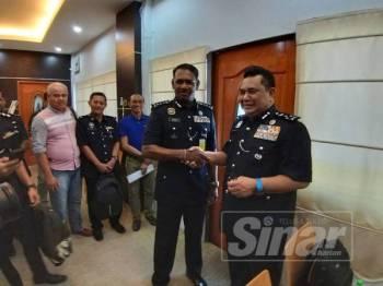 Huzir (kanan) bersalaman dengan Ketua Polis Pulau Pinang, Datuk T Narenasagaran selepas sidang media hari ini.