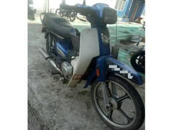 Motosikal Honda EX5 yang dirampas bersama suspek yang ditahan di kawasan Jalan Persiaran Surian, Pelangi Damansara, di sini, kelmarin.