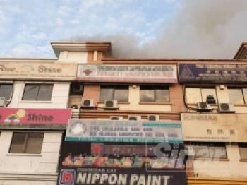 Kebakaran melibatkan bahagian bumbung rumah kedai di Taman Bayu Perdana,Jalan Batu Unjur 9 pagi tadi.