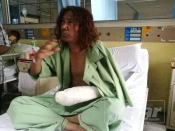 To'ki cedera di tangan kirinya selepas ditikam salah seorang lelaki yang dipercayai cuba menyerangnya di Taman Daya Kepong, Kuala Lumpur, semalam.