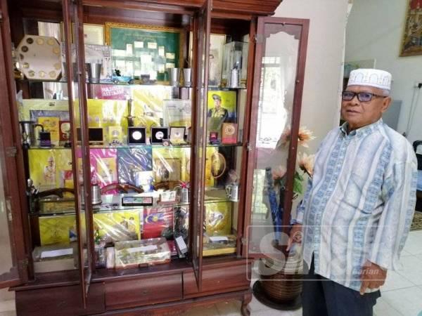 Mad Esa menunjukkan koleksi setem yang mahu dibeli dengan harga RM250,000.