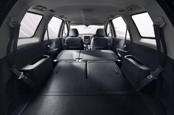 Kerusi penumpang bahagian belakang boleh dilipat untuk mendapatkan ruang simpan yang lebih luas.