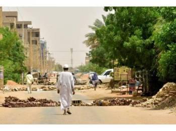 Penunjuk perasaan menyekat jalan raya di Khartoum.