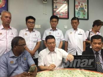 Kor Ming pada sidang media selepas hadir merasmikan mesyuarat agung Kesatuan Pembantu Tadbir (Pendidikan) Semenanjung Malaysia Cawangan Hilir Perak kali ke-21 di Pejabat Pendidikan Daerah Hilir Perak di sini hari ini.