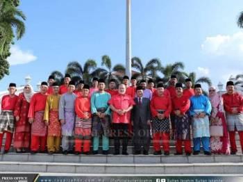 Sultan Ibrahim (tengah) bergambar bersama pimpinan dan ahli Bersatu negeri ketika kunjungan mereka di Istana Pasir Pelangi, di sini hari ini. - FOTO IHSAN ROYAL PRESS OFFICE