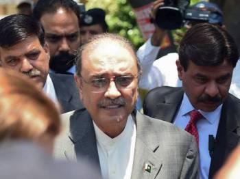 Bekas Presiden Pakistan Asif Ali Zardari (dua dari kiri) tiba di mahkamah bagi permohonan ikat jaminnya di Mahkamah Tinggi Islamabad pada hari ini. - Foto AFP