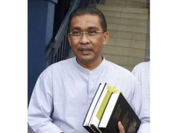 Setiausaha Agung PAS Datuk Takiyuddin Hassan hadir di Ibu Pejabat Polis Daerah (IPD) Kota Bharu hari ini untuk diambil keterangan ekoran satu laporan polis yang dibuat oleh Pemuda PKR Cabang Ketereh mengenai tuduhan ke atasnya yang dikatakan mempersoalkan kuasa Yang di-Pertuan Agong (YDPA). Foto: Bernama