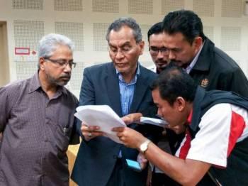 Menteri Kesihatan Datuk Seri Dr Dzulkefly Ahmad (dua, kiri) tiba di Hospital Gua Musang (HGM) untuk mendengar taklimat berhubung jangkitan kuman yang menyebabkan 14 Orang Asli Kampung Kuala Koh meninggal dunia dalam tempoh sebulan lalu. Turut hadir Menteri di Jabatan Perdana Menteri (Perpaduan Negara dan Kesejahteraan Sosial) Senator P Waytha Moorthy (kiri). - Foto Bernama
