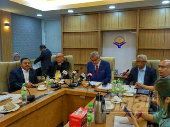 Khalid memberi penerangan kepada pemberita pada sidang media khas yang berlangsung di Wisma YWP hari ini.