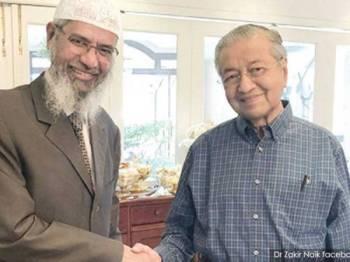 Dr Mahathir bersama Zakir dalam satu pertemuan yang dimuat naik oleh Zakir di Facebooknya.