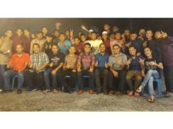 Khamal Idris (duduk dari tengah) selepas program santai bersama pegawai dan pemain pasukan Piala Belia Kedah 2019 di Taman Siswa, Jitra semalam.