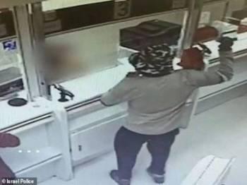 Seorang perompak licik menggunakan 'bom tangan' avocado bagi melakukan rompakan di dua buah bank di Israel.