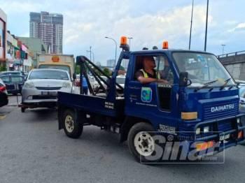 Antara kenderaan yang ditunda kerana menghalang lalu lintas.