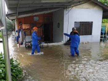 Anggota APM di salah sebuah rumah yang dinaiki air di Batu 6, Tambun semalam.