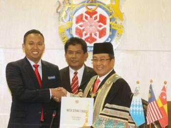 Haris (kanan) menerima Nota Serah Tugas daripada Timbalannya, Mohd Rashidi (kiri) yang memangku jawatan tersebut sejak Januari lalu. - Foto: Ihsan MBSA