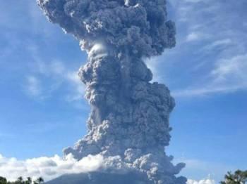 Letusan Gunung Sinabung mengakibatkan asap tebal memenuhi ruang udara dan tersebar sehingga ke Aceh.