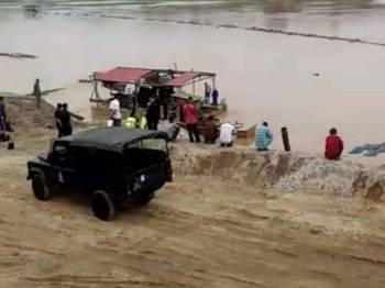 Mayat seorang lelaki ditemukan terapung di Sungai Kelantan berdekatan Rumah Pam Kemubu, dekat sini hari ini.