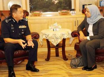 Abdul Hamid (kiri) ketika menerima kunjungan hormat Latheefa hari ini. -Foto PDRM
