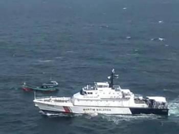 Anggota APMM mengusir bot nelayan Indonesia menceroboh perairan negara.