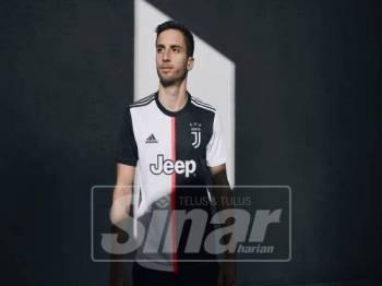 PEMAIN tengah pasukan bola sepak Juventus, Rodrigo Bentacur memperagakan jersi baharu yang menampilkan jalur merah jambu di bahagian tengah.
