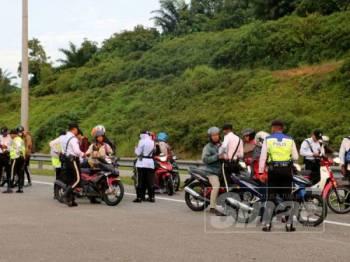 Sebahagian penunggang motosikal yang diperiksa dalam operasi motosikal OP Selamat 15/2019 sempena Hari Raya Aidilfitri yang dijalankan di Lebuhraya Persekutuan arah Kuala Lumpur semalam. - Foto ihsan JSPT Selangor