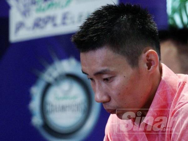 Wajah sugul Chong Wei ketika mengumumkan persaraannya.