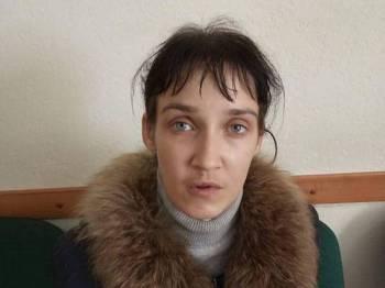 Svetlana Mirzoeva menyumbat sepotong besar roti ke dalam mulut anaknya sebagai hukuman kerana bermain dengan makanan.