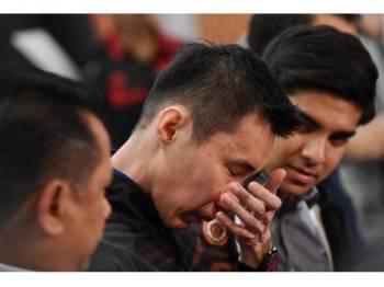 Pemain badminton negara, Datuk Lee Chong Wei pada sidang media khas di Kementerian Belia dan Sukan semalam. Chong Wei kelihatan tidak dapat menahan perasaan sebak selepas menamatkan karier profesionalnya selama 19 tahun dalam sukan bulu tangkis pada usia 37 tahun. - FOTO BERNAMA