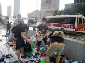 Peserta kumpulan protes tersebut enggan membiarkan longgokan sampah sarap mencemari pemandangan sekitar Hong Kong.