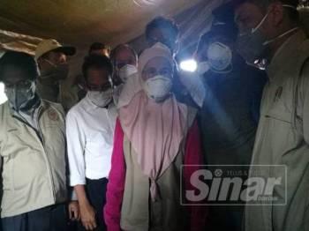 Wan Azizah diberi penerangan mengenai pusat pengumpulan bantuan awam yang diwujudkan di pusat operasi Bateq di pejabat Ladang Aring 10.