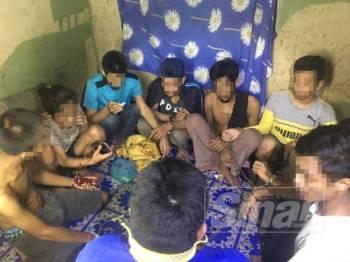 Lapan penagih dadah yang ditahan sedang khayal di sebuah rumah terbengkalai di Bumbong Lima, Kepala Batas.