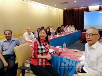 Teresa (tengah) mendengar taklimat daripada Ketua Pegawai Eksekutif ExcelVite Sdn Bhd, WH Leong sempena lawatan beliau ke Hovid Berhad di Jalan Tunku Abdul Rahman semalam.
