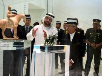 Yang di-Pertuan Agong Al-Sultan Abdullah Ri'ayatuddin Al-Mustafa Billah Shah berkenan mendengar penerangan dari Pengerusi Pelancongan dan Kebudayaan Abu Darbi Mohamed Khalifa Al Mubarak semasa melawat muzium Louvre Abu Dhabi hari ini. - FOTO BERNAMA