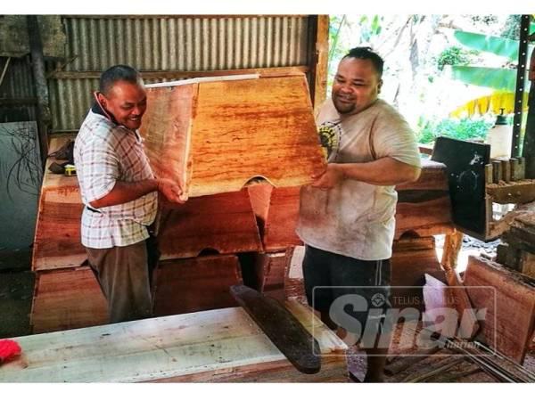 Dua pekerja Pok De Keranda menyiapkan keranda untuk memenuhi tempahan pelanggan.