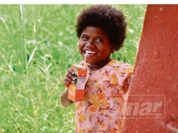 Senyuman manis seorang anak orang asli Bateq yang gembira saat menerima bantuan makanan di Kuala Koh, Gua Musang baru-baru ini.