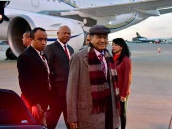Dr Mahathir Mohamad tiba di London pada Jumaat untuk lawatan kerja tiga hari ke United Kingdom, diiringinya isterinya Tun Dr Siti Hasmah Mohd Ali. -Foto Bernama
