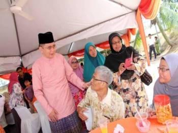 Salahuddin beramah mesra dengan tetamu yang hadir Majlis Sambutan Hari Raya Aidilfitri Parlimen Pulai anjuran Pakatan Harapan Parlimen Pulai.