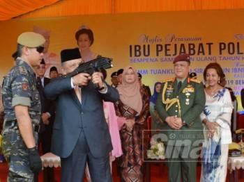 Tuanku Syed Sirajuddin Putra Jamalullail menyempurnakan gimik perasmian Ibu Pejabat Polis Kontinjen (IPK) Perlis yang baharu.