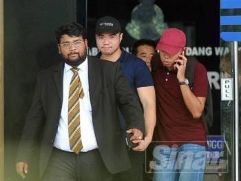 Haziq keluar dari Ibu Pejabat Polis Daerah Dang Wangi dibebaskan dengan jaminan polis. Foto Sinar Harian/Rosli Talib