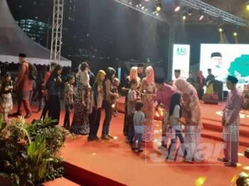 Menteri Besar Selangor Amirudin Shari menyampaikan duit raya kepada kanak-kanak.