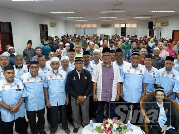 Mahfuz (tengah) bergambar bersama ahli Persatuan Veteran Tentera Laut DiRaja Malaysia cawangan Kedah.