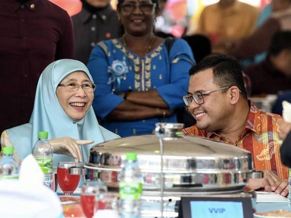 Timbalan Perdana Menteri Datuk Seri Dr Wan Azizah Wan Ismail (kiri) berkata sesuatu kepada Menteri Besar Selangor, Amiruddin Shari (kanan) ketika hadir pada Majlis Rumah Terbuka Aidilfitri Ahli Parlimen Pandan di Padang Majlis Perbandaran Ampang Jaya hari ini. - Foto Bernama
