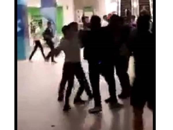 Tangkap layar dari video pergaduhan di sebuah pusat hiburan Jalan Klang Lama, Brickfields yang tular di media sosial