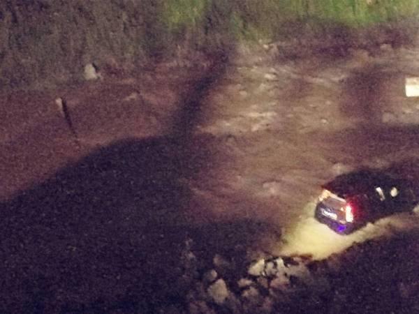 Kereta Perodua Myvi terbabit terhumban dalam Sungai Ketil namun pemandunya selamat.