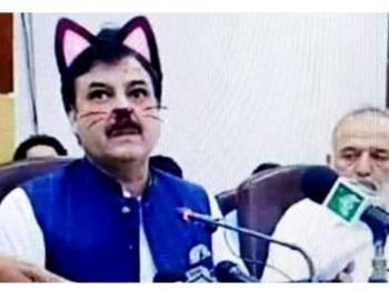 Sidang akhbar ahli politik Shaukat Yousafzai dari Parti Tehreek-e-Insaf di Pakistan tular gara-gara filter kucing. - Foto Samaa tv