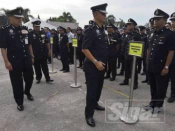 Hasanuddin (tengah) beramah mesra dengsn anggotanya selepas Perhimpunan Bulanan di IPK Kelantan hari ini.