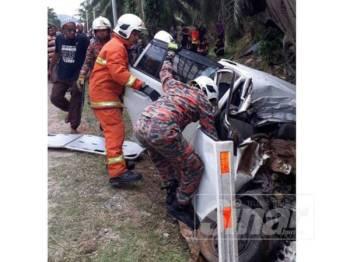 Anggota bomba berusaha mengeluarkan mangsa yang tersepit dalam kenderaan terbabit dalam kemalangan di Jalan Kuari Bukit Mendi dekat Felda Bukit Mendi di sini hari ini.