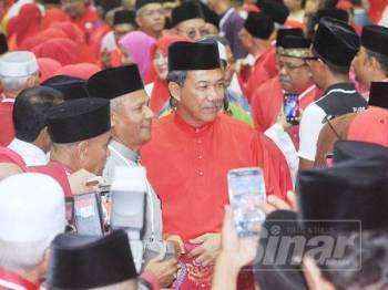 Mohamad bergambar bersama hadirin ketika hadir dalam Mesyuarat Perwakilan UMNO Bahagian Selayang, di sini hari ini. –Foto Sinar Harian Rosli Talib
