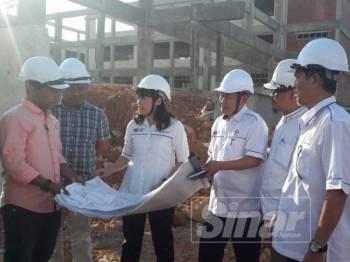 Nie Ching (tiga dari kiri) semasa membuat lawatan di tapak pembinaan SMK Pulai Jaya hari ini.