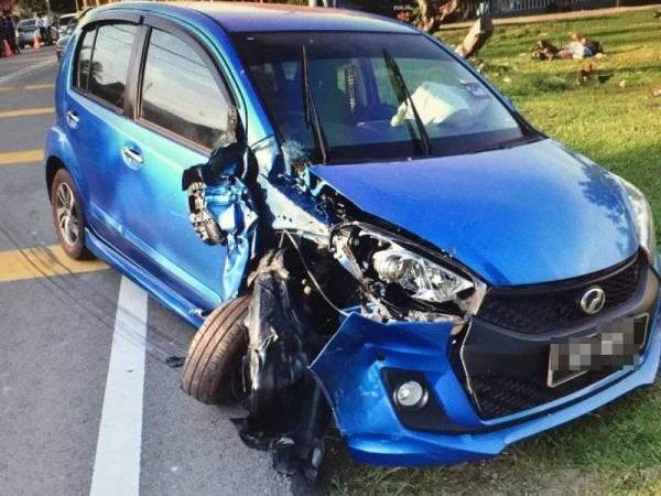 Keadaan kedua-dua kenderaan selepas terlibat kemalangan di Kilometer 7, Simpang Bekoh, Jasin, petang semalam.